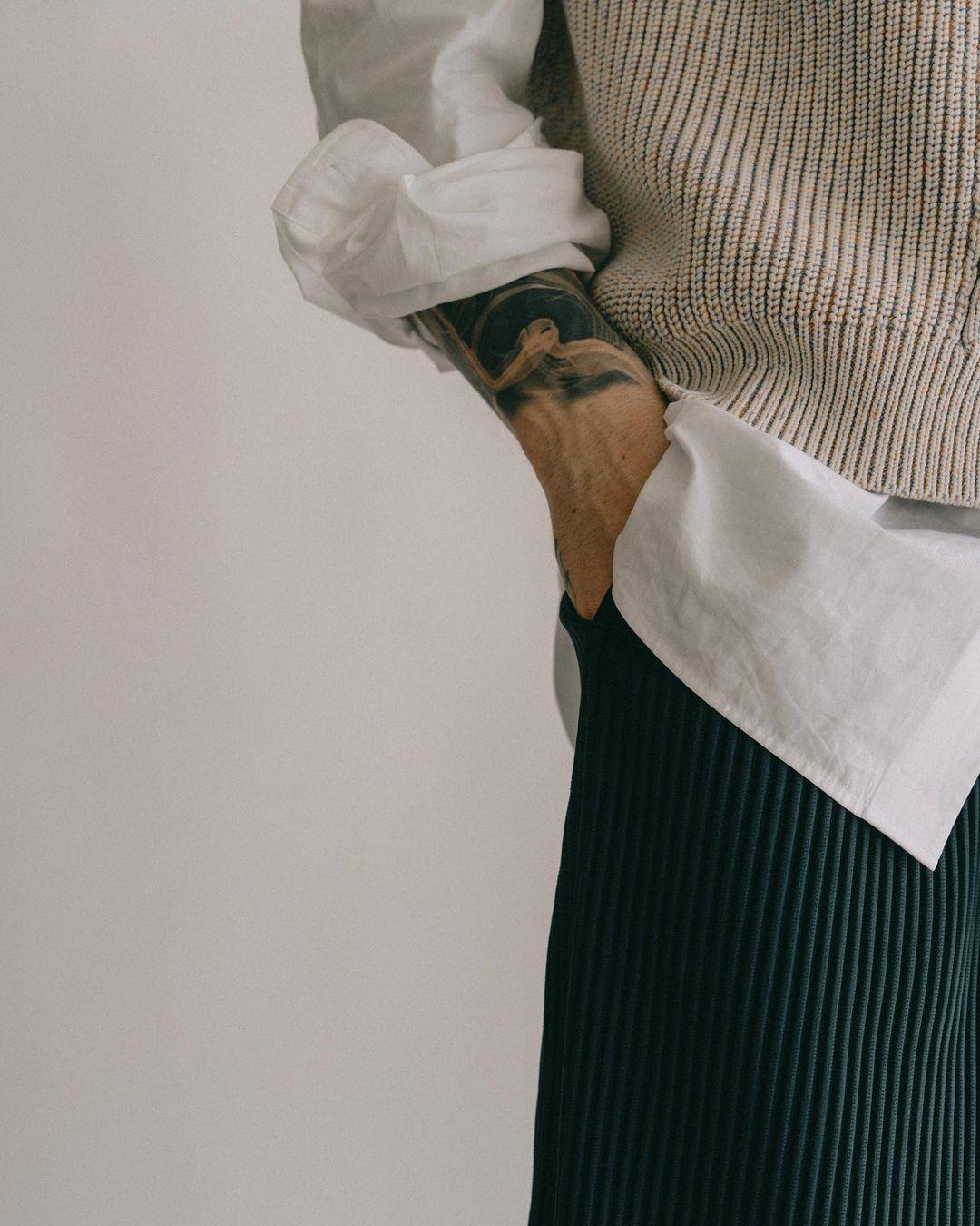 L'image est un close up sur la tenue de @imdanielsimmons qui porte un ensemble Homme Plissé Issey Miyake.