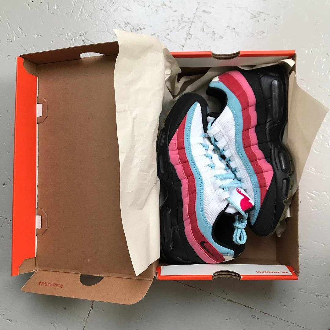 A shoebox with a pair of shoe inside. The pair of shoe is a Nike Airmax 95 Parra